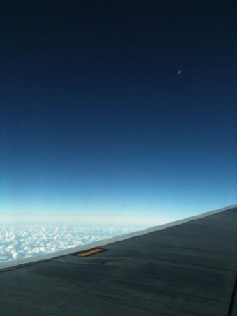 太陽と月を見ながら